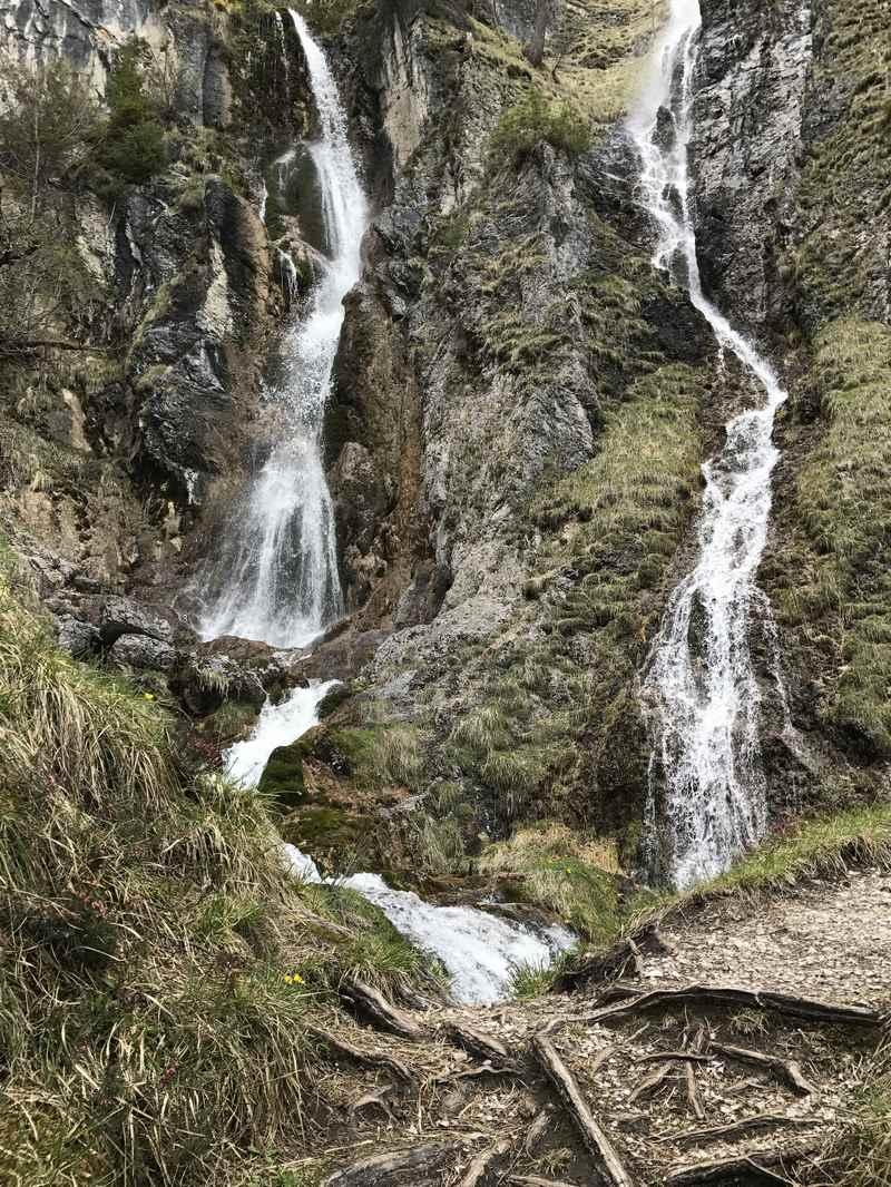 Achenkirch Wasserfall: Ein schmaler Wandersteig führt auf halbe Höhe des Wasserfalls im Oberautal