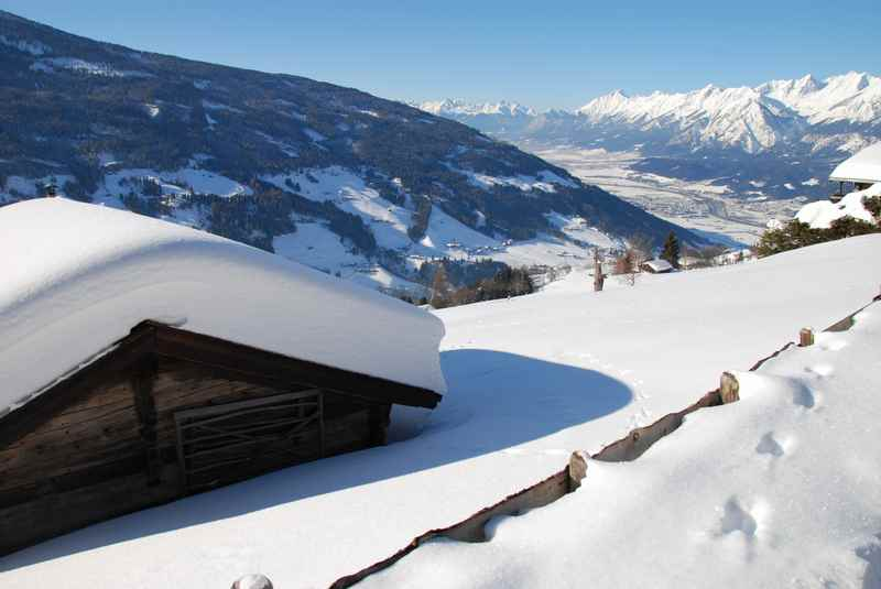In Tirol Winterwandern von Weerberg auf die Hütten der Nonsalm