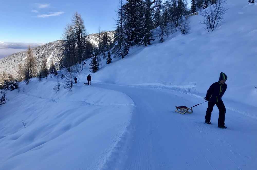 Winterwandern umgeben von den schneebedeckten Bergen der Tuxer Alpen, des Rofan und des Karwendelgebirge