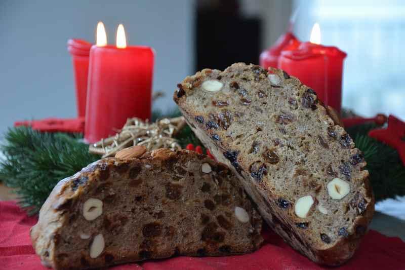Traditionelles Weihnachtsgebäck: Tiroler Zelten, hier von innen mit den guten Zutaten laut Rezept