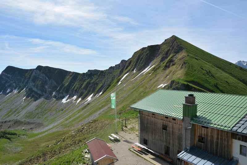 Auf der anderen Seite der Tölzer Hütte ist das Baumgartenjoch im Karwendel