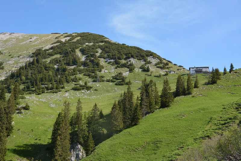 Die Tölzer Hütte ist schon von unten zu sehen, dahinter der Scharfreiter oder Schafreuter