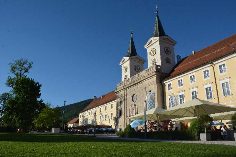 """""""Tracht Tegernsee"""" - Rund um das Kloster und den schönen See wird die Tegernseer Tracht getragen - und per Hand gemacht."""