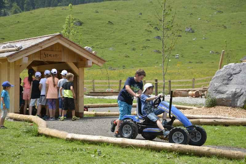 Das gefällt den Kindern: Die Traktorrennbahn am Spielplatz Engalm