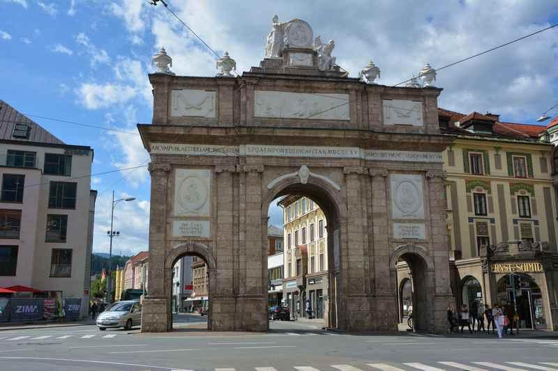 Die Triumphpforte am Ende der Maria Theresien Strasse in Innsbruck