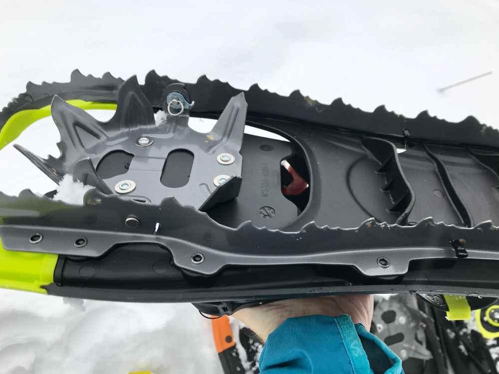 Die gute Schneeschuhwandern Ausrüstung der neuen Generation - mit den Zacken rund um die Schneeschuhe