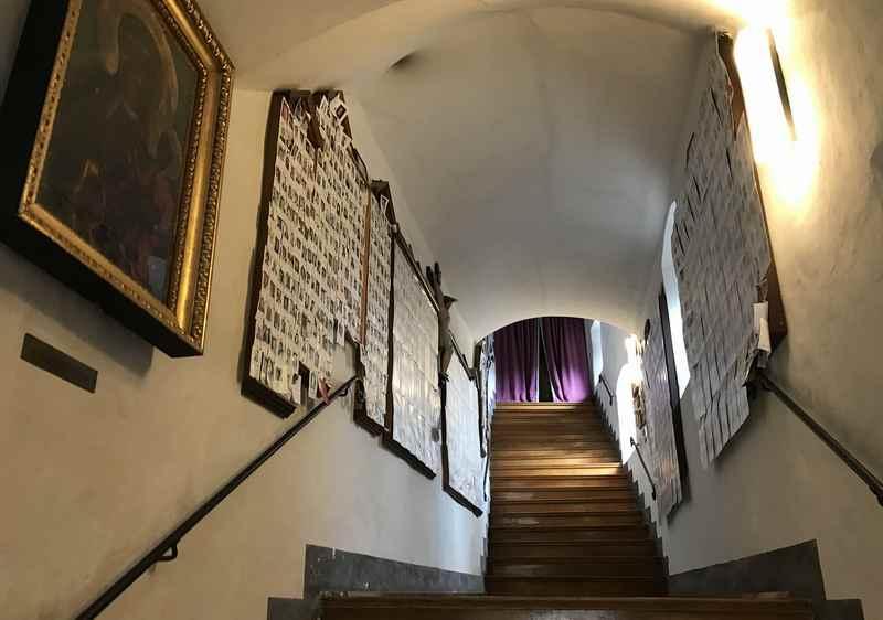 Das ist der Aufgang im Turm nach oben, links und rechts viele Bilder und Totengedenken