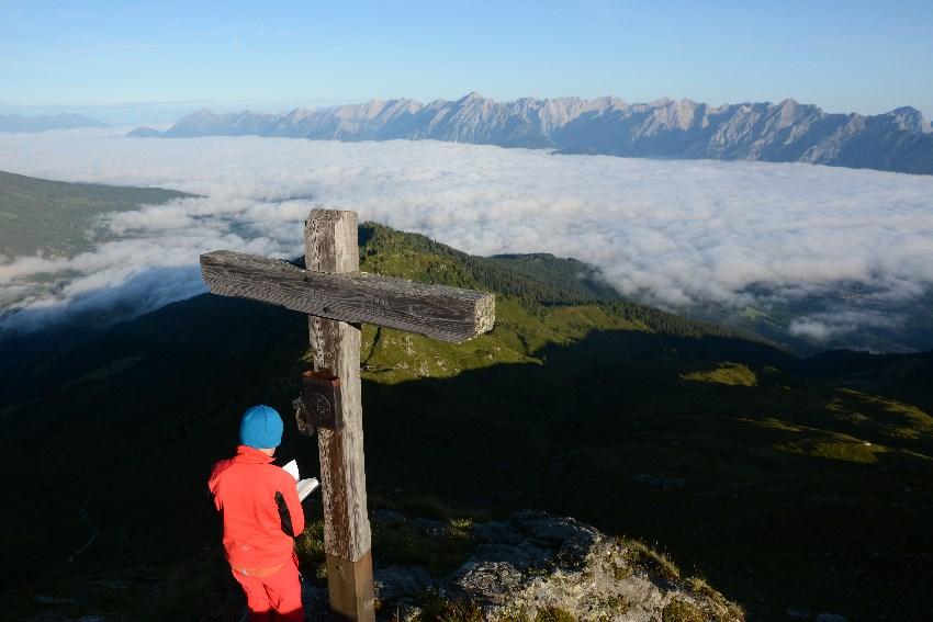 Blick von den Tuxer Alpen zum Karwendel - das Inntal versinkt im Nebel