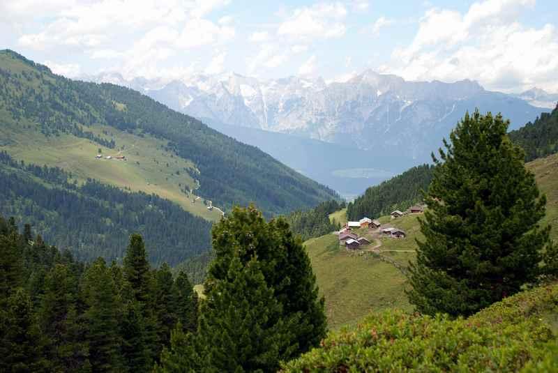 In den Tuxer Alpen mountainbiken: Die Nafingalm, hinten das Karwendel in Tirol