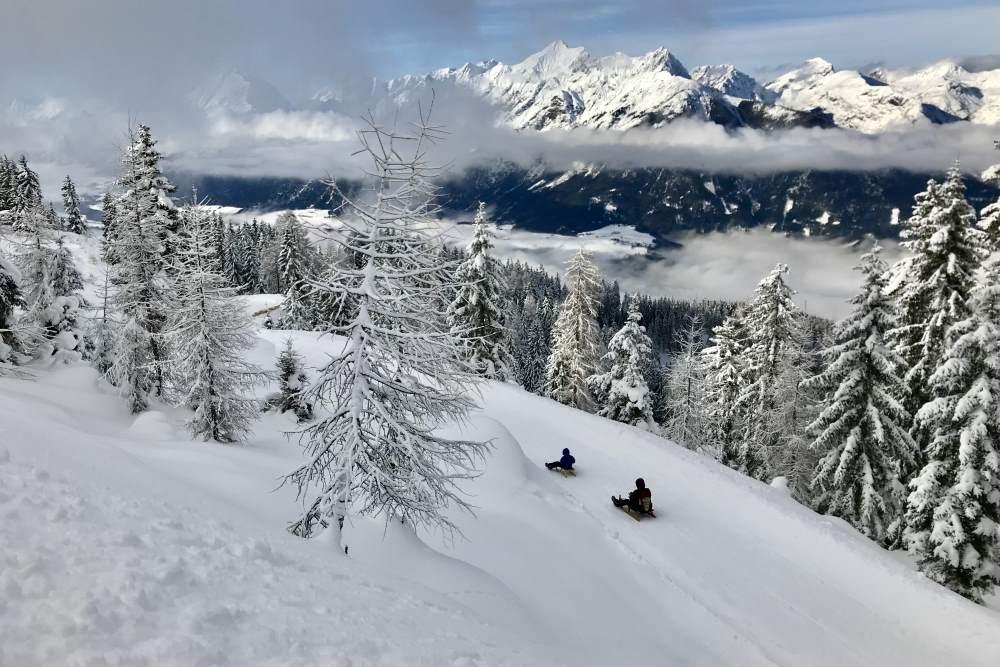 Und so ist es im Winter in den Tuxer Alpen mit der kilometerlangen Rodelbahn beim Hecherhaus