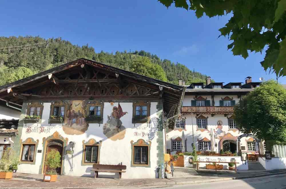 In Wallgau gut Essen und Übernachten: Der Gasthof Post mit der Lüftlmalerei