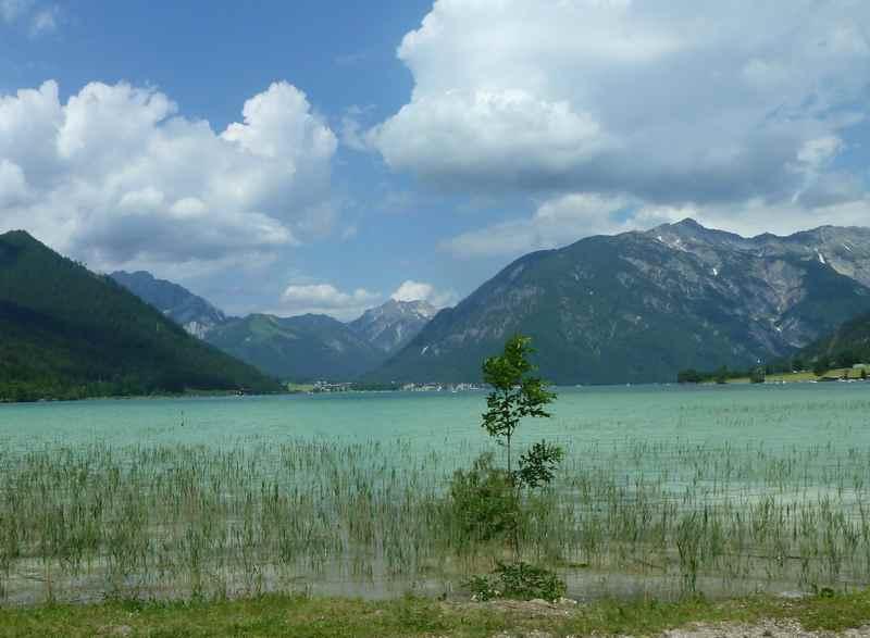 Schön am Ufer des Achensee wandern mit Kinderwagen, das ist der Ausblick dazu
