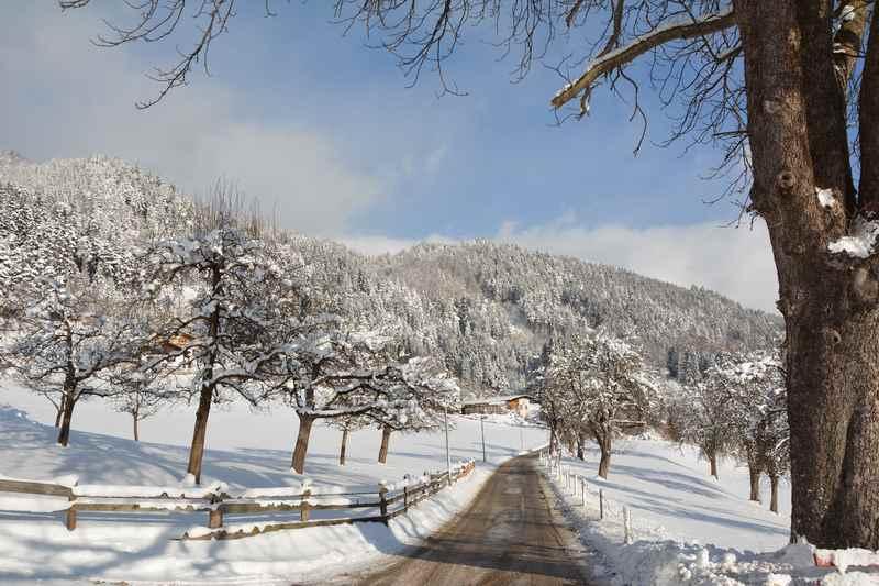 Die Winterwanderung in Vomp verläuft auf breiten Weg, möglich auch zum Winterwandern mit Kinderwagen
