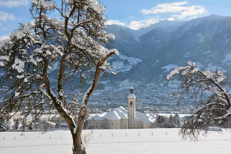 Der Blick von oben auf das Benediktinerkloster mit den Tuxer Alpen und dem Kellerjoch
