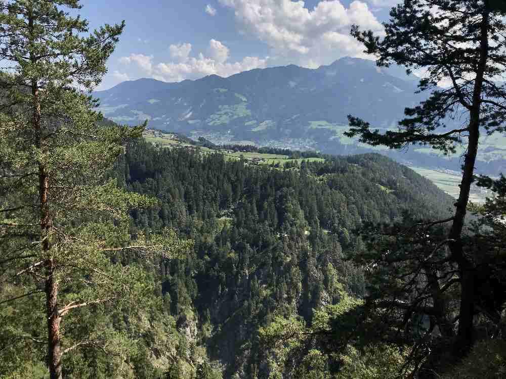 Oberhalb von Umlberg, am Eingang ins Vomper Loch, gibt es neben dem Forstweg diesen Ausblick