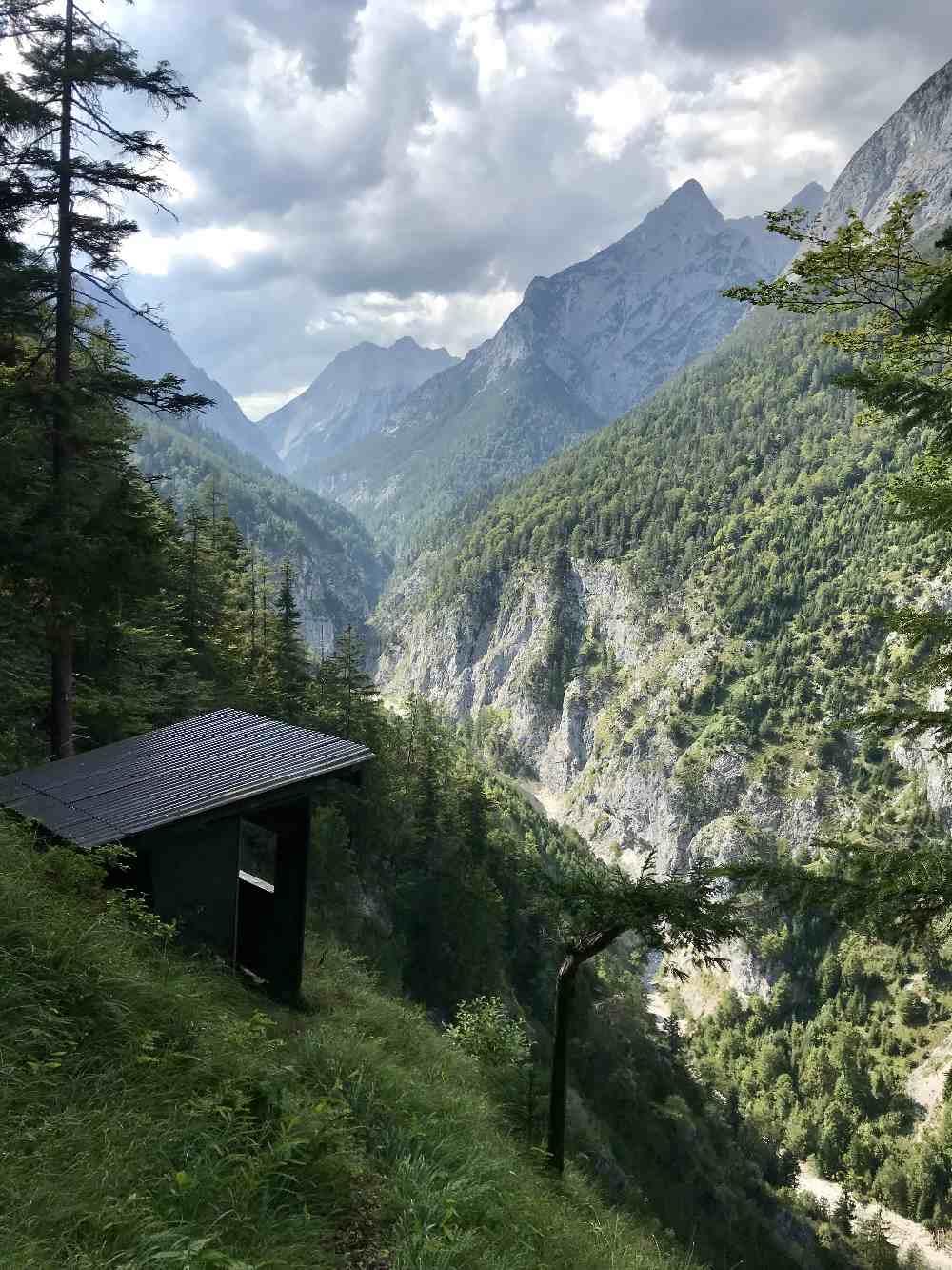 Hier siehst du, wie steil die Felswände des Karwendelgebirge im Vomperloch abfallen