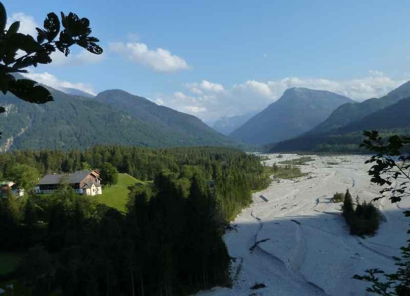 Der kleine Ort Vorderriß im Karwendel, rechts das trockene Rißtal, überragt vom Karwendelgebirge