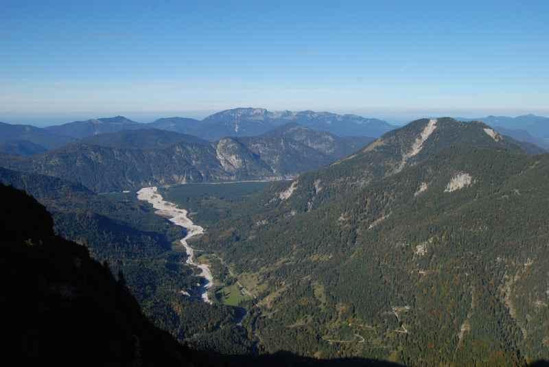 Die Aussicht vom Vorderskopf reicht über das Rißtal in Richtung Vorderriß und auf der anderen Seite in Richtung Ahornboden, rundherum das Karwendel