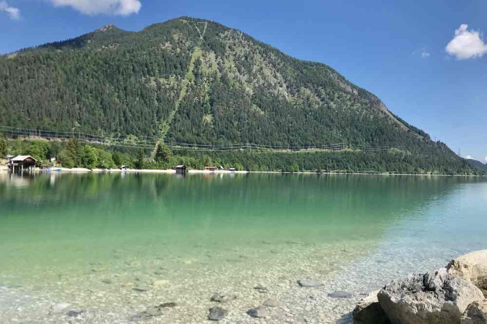 Der Blick über den grünen Walchensee auf den bekannten Herzogstand