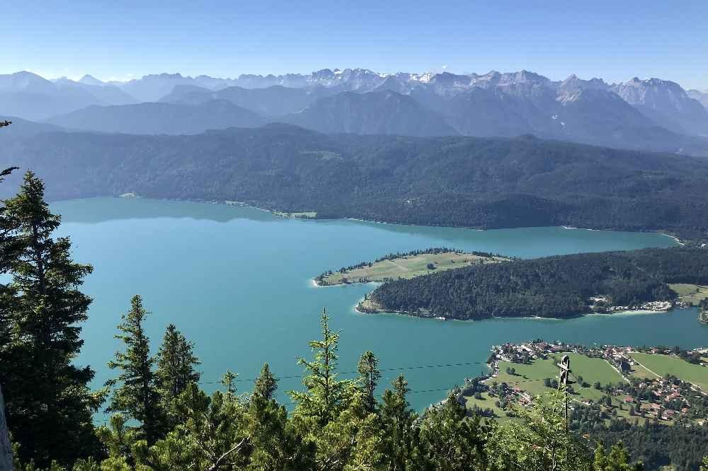 Traumblick: Von der Fahrenberg Kapelle auf den Walchensee samt Halbinsel Zwergern und das Karwendel