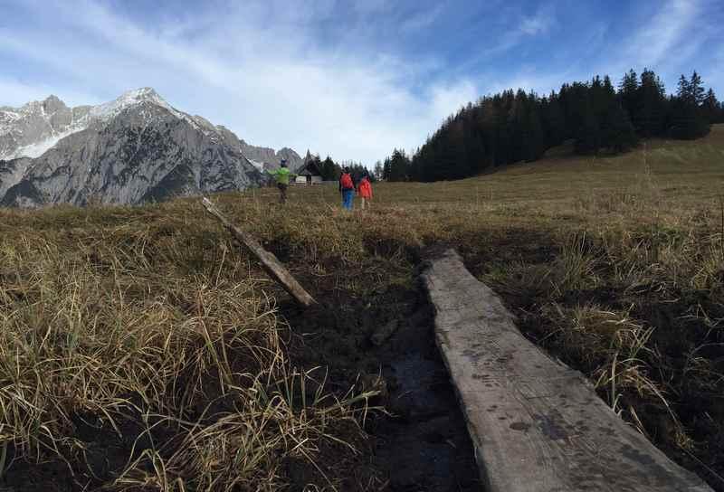 Die letzten Meter der Walderalm Wanderung in Tirol zur Almkapelle