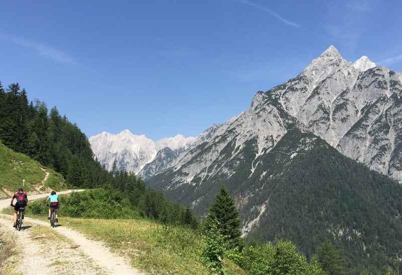 Weiter zur Walderalm mountainbiken im Karwendel