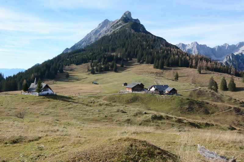 Blick über die Walderalm im Karwendel: Links die Kapelle, die Alm und dahinter der Hundskopf