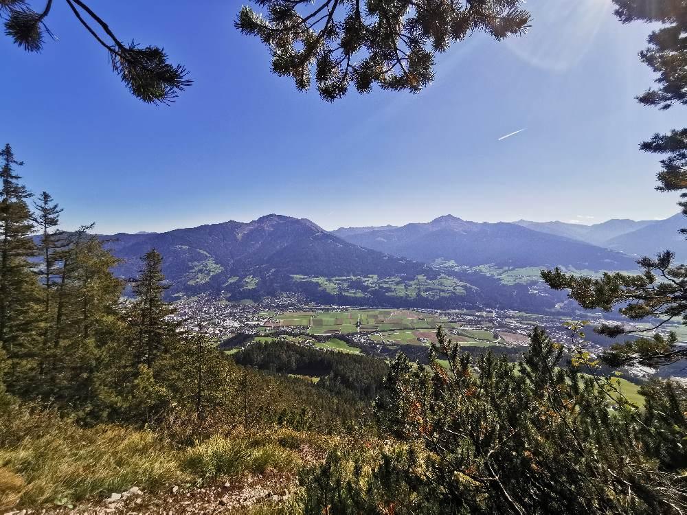 Du hast viele schöne Blicke auf die Tuxer Alpen und das Inntal