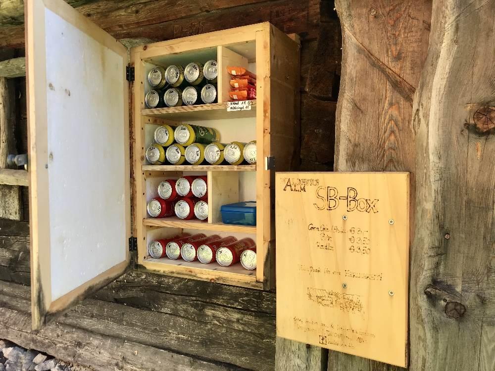 Die Waldhorbalm Selbstbedienungsbox mit Getränken und Riegeln