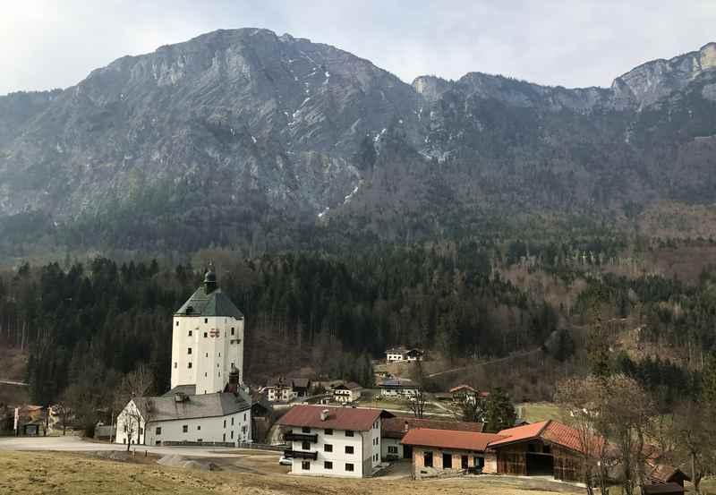 Die Wallfahrtskirche ist in einer ehemaligen Burg untergebracht, sie wird auch als Schloss bezeichnet