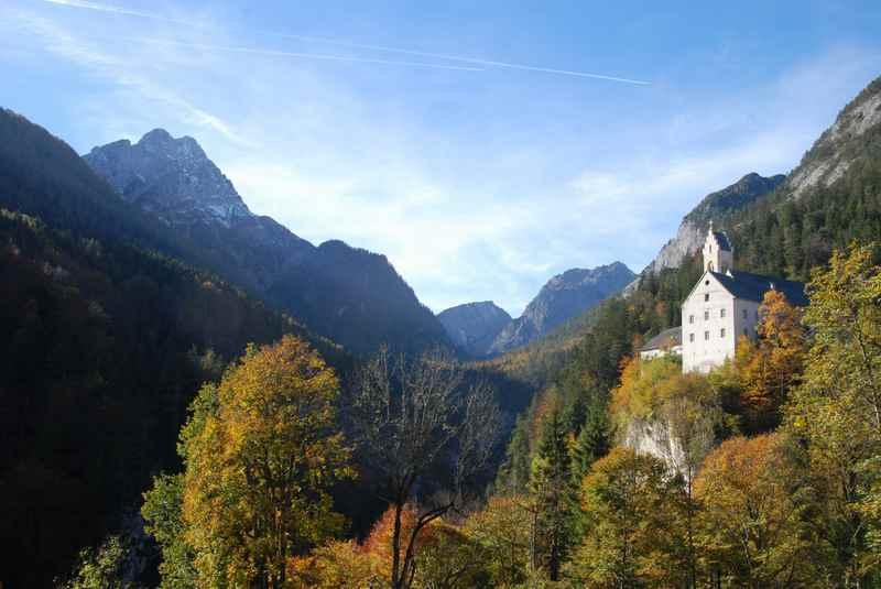 Oberhalb der Klamm liegt das Kloster im Karwendel