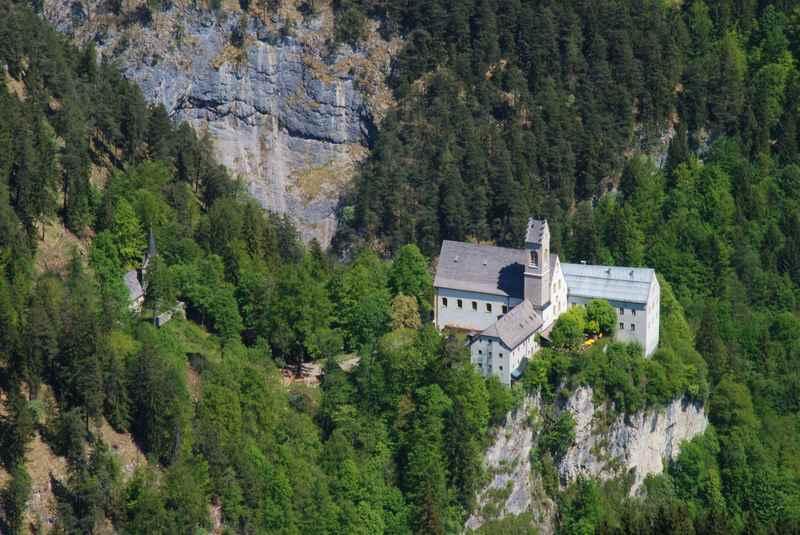 Zum ältesten Wallfahrtsort in Tirol wandern: St. Georgenberg im Karwendel