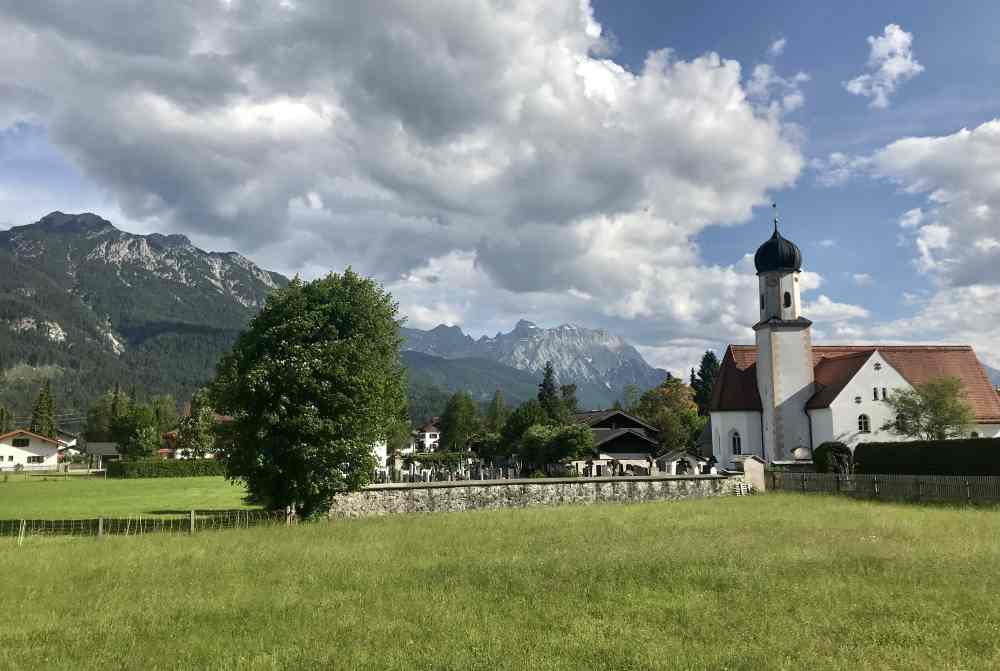 Das ist die Kirche von Wallgau mit dem Karwendelgebirge