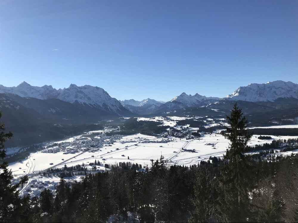 Wallgau winterwandern - und diesen Ausblick auf die Berge genießen!