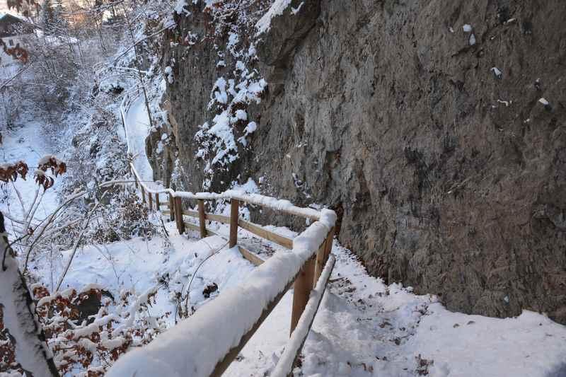 Bucher Wasserfall winterwandern: Der verschneite Wandersteig zum Wasserfall in Tirol