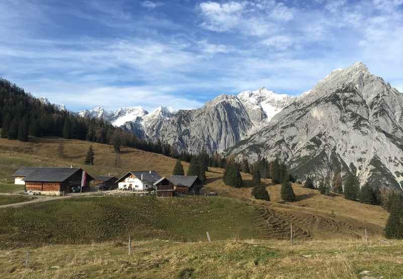 Das ist die schöne Walderalm - die weitläufige Almwiese wirkt besonders mit den Flanken des Karwendelgebirge