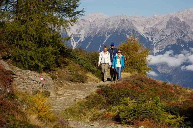 Auf dem Zirbenweg mit dem Karwendel im Rücken, bei Hall in Tirol, Foto TVB Hall Wattens