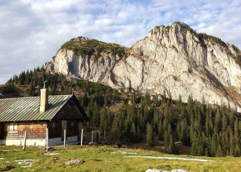 Auf der Wanderung zur Tegernseer Hütte der Blick auf den Buchstein und Roßstein