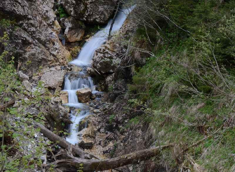 Von Stufe zu Stufe: Der Wasserfall in der Schlucht in Tirol