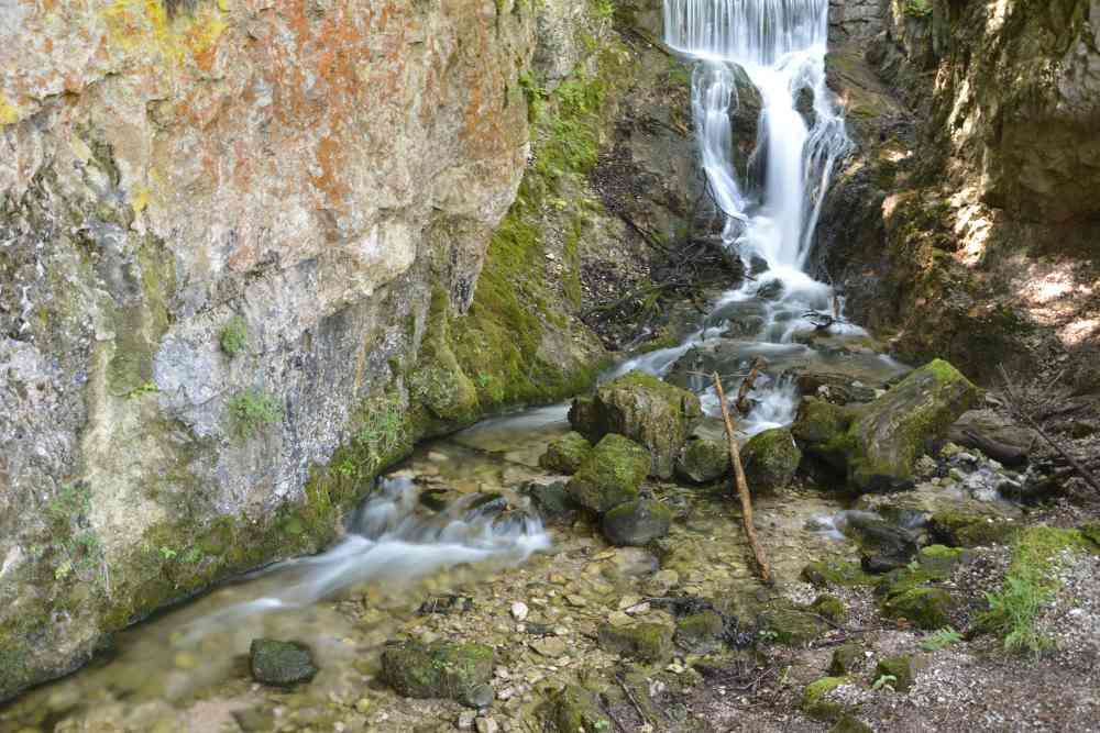 Durch das Laintal geht die Wanderung an diesem Wasserfall vorbei, in Richtung Lautersee