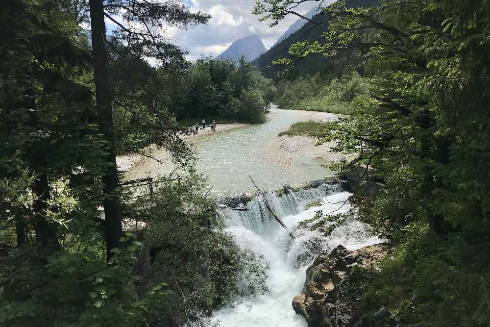 Die Leutascher Ache mit dem Wasserfall kurz vor der Leutaschklamm