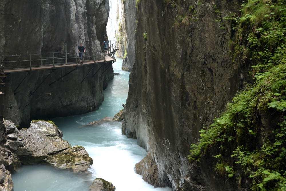 Schmaler Steig, meterhohe senkrechte Felswände: Der Wasserfallsteig in der Leutaschklamm