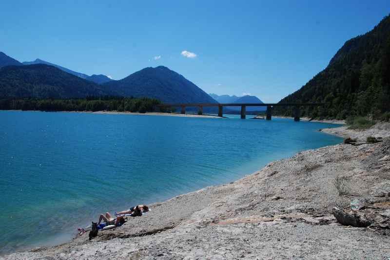 Wie hoch ist die Wassertemperatur am Sylvensteinsee zum Baden im Karwendel?