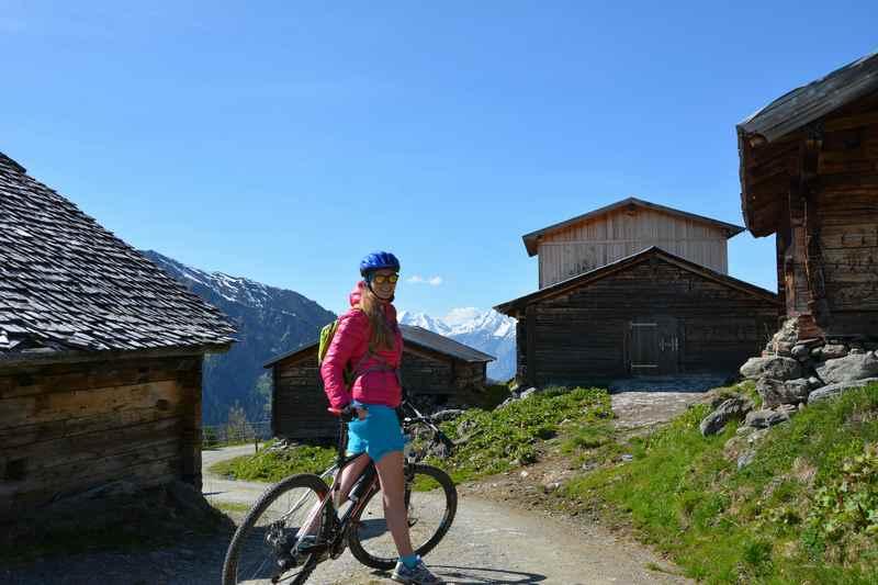 Mit dem Mountainbike geht es von der Pofersalm wieder hinunter nach Wattens