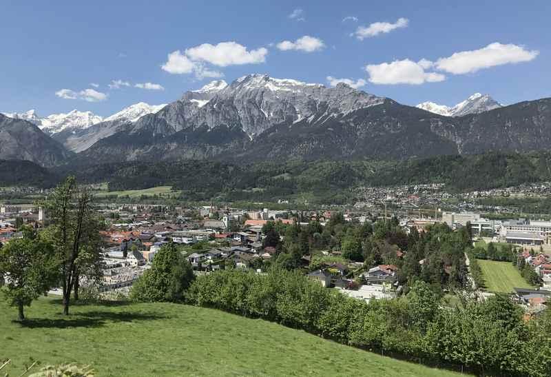 In Wattens mountainbiken mit der Aussicht auf das Karwendel