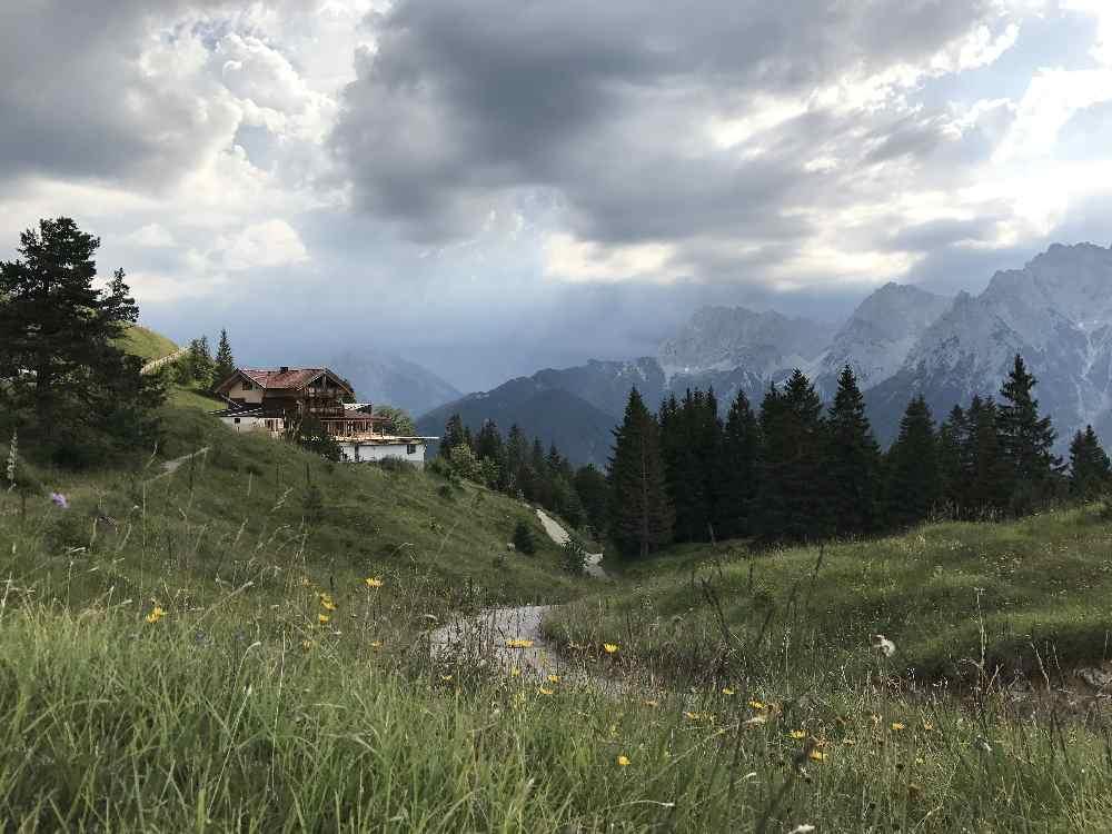 Das ist der Blick von gegenüber der Mittenwald Webcam - am Kranzberg