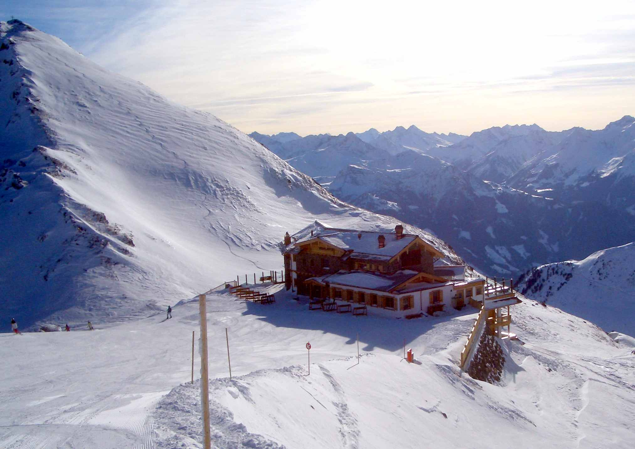 Die Wedelhütte im Skigebiet Hochzillertal in Tirol, direkt von Hütte auf die Skipiste im Zillertal