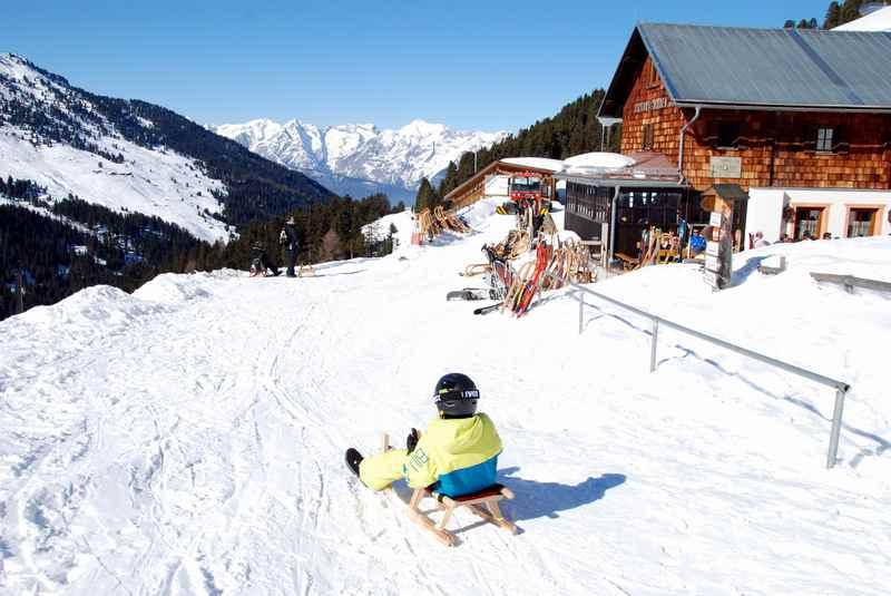 Von der Weidener Hütte rodeln in den Tuxer Alpen, hinten das Karwendel