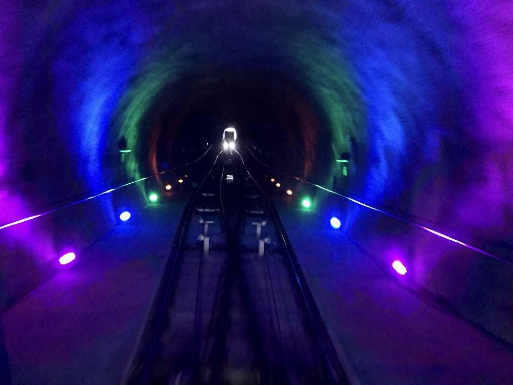 Im Weiherburgtunnel fahren die beiden Bahnen aneinander vorbei, mit Lichtshow