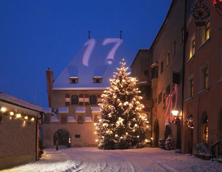Der Christbaum beim Rathaus in Hall am Weihnachtsmarkt in Tirol, Foto: Tourismusverband www.hall-wattens.at